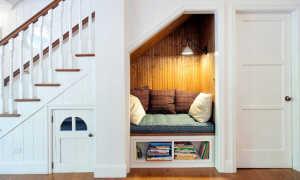Красивые полки под лестницей на второй этаж своими руками