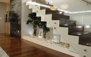 Пространство под лестницей: идеи, как обустроить кладовку, гардеробную, санузел, выдвижные ящики