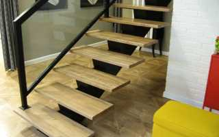 Ступени из ДПК: металлическая (бетонная) лестница с деревянными ступенями из дуба (ясеня, клена, террасной доски), покраска