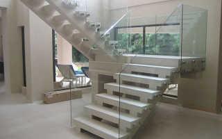 Стеклянное ограждение для лестницы: преимущества и недостатки, способы монтажа