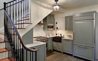 Как обустроить кухню под лестницей на второй этаж