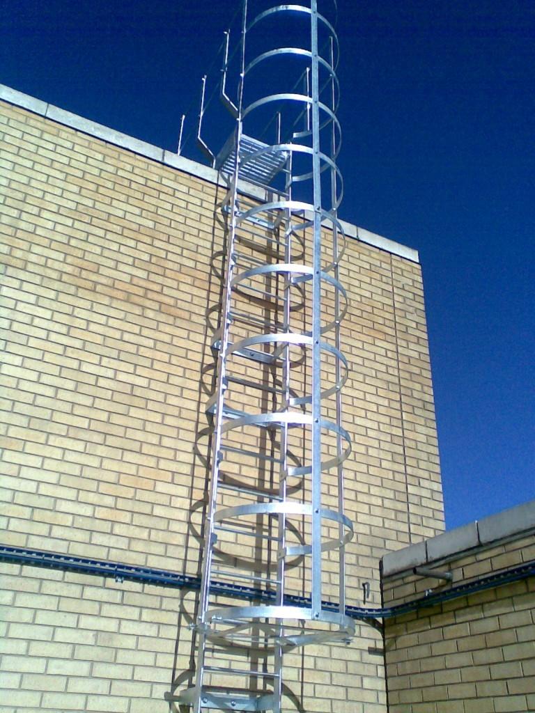 Вертикальная лестница с дуговым ограждением