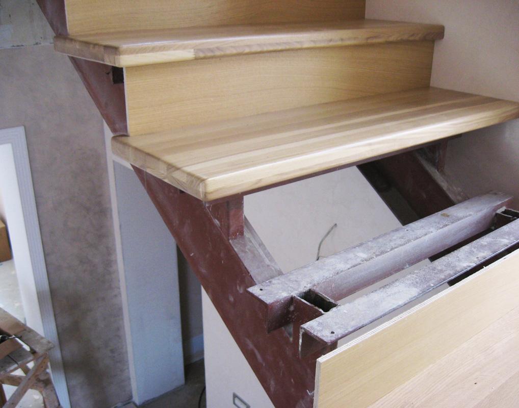 Иногда, для прочности лестницы делают металлический каркас, после чего облицовывают деревянными элементами.