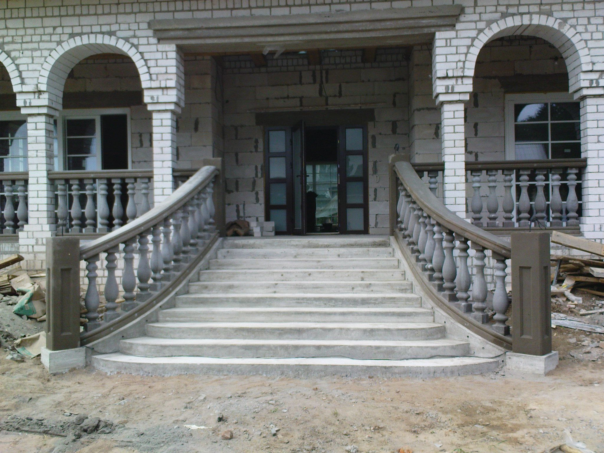 Лестница для крыльца загородного дома