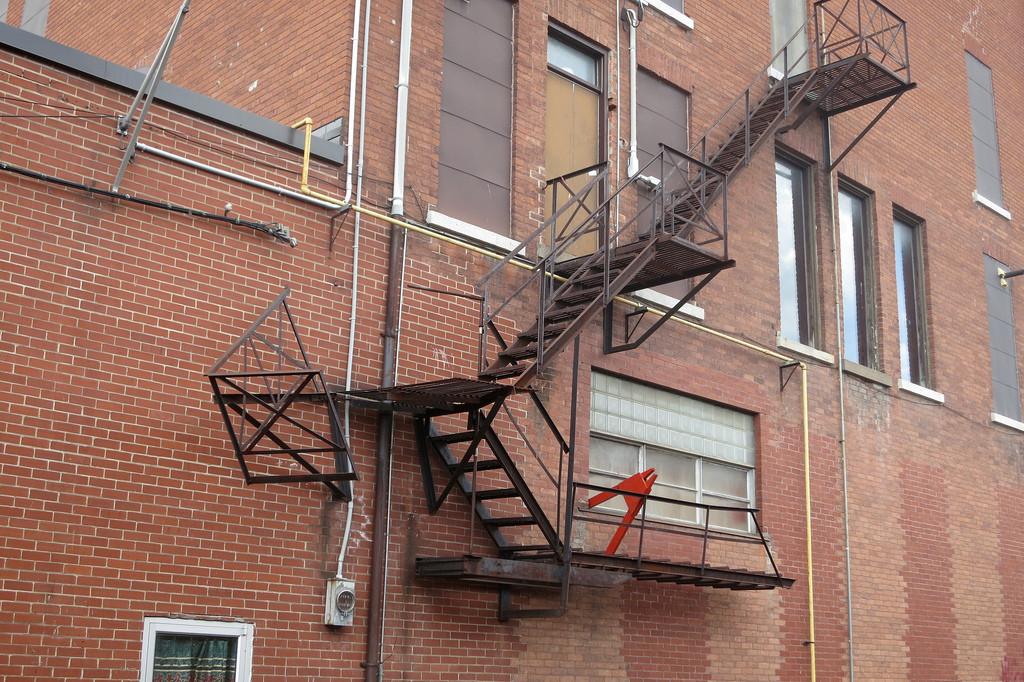 Сломанная пожарная лестница