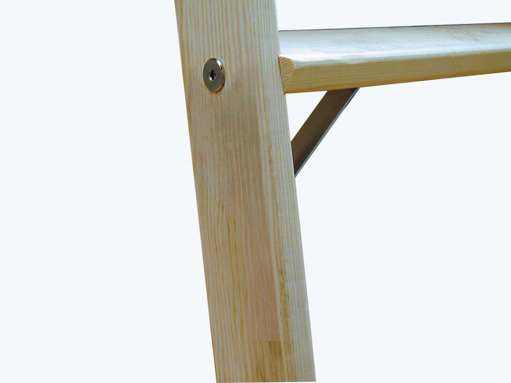 Простой способ для повышения надёжности, это прикрепить под ступенями маленькие бруски.