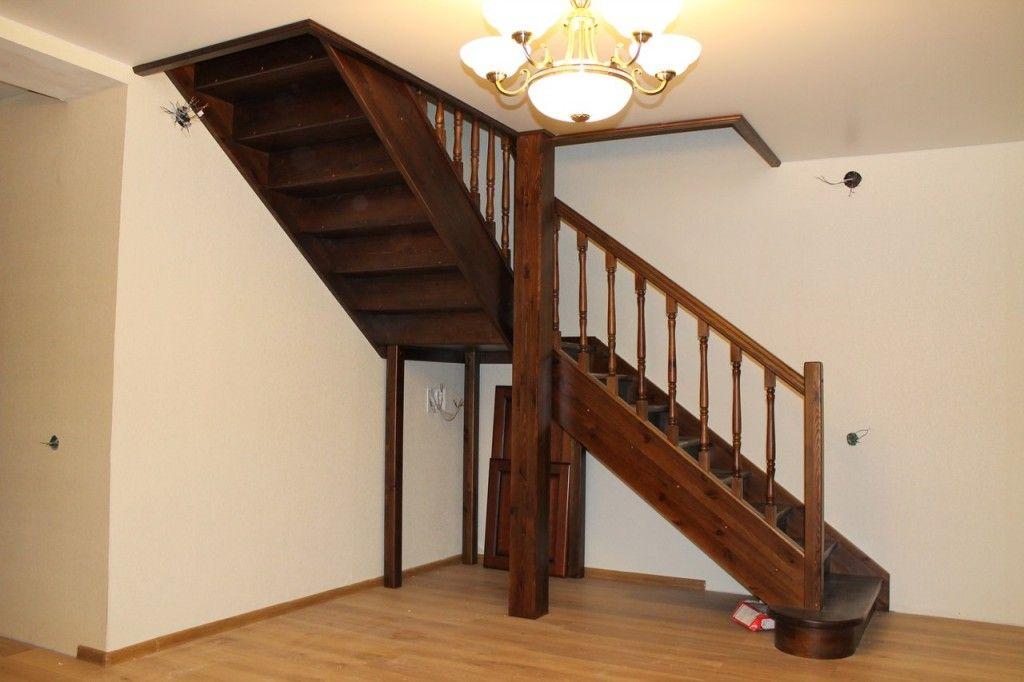 Лестница из сосны, тонированная под орех