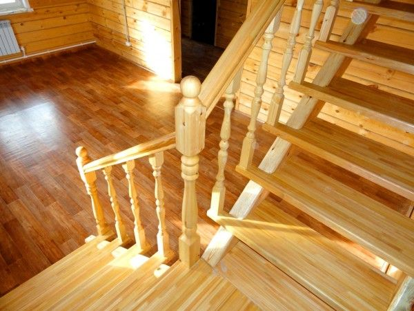Солнечные лучи на лестнице из лиственничной древесины