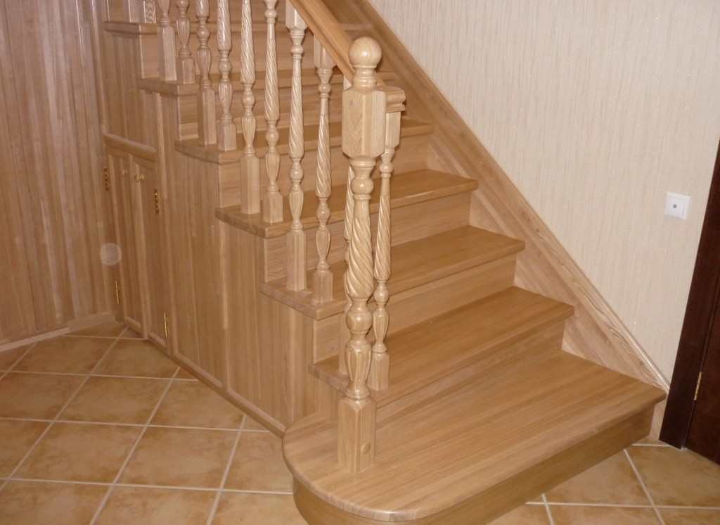 Лестница покрытая прозрачным лаком.