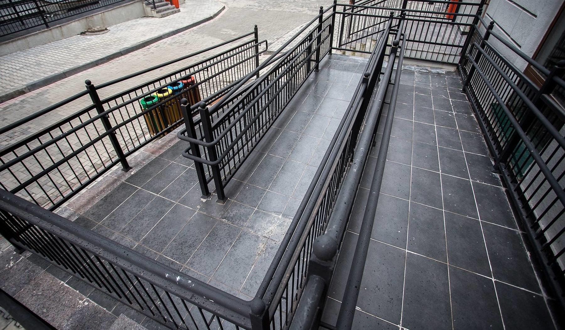 Пандус это единственная конструкция которая помогает инвалидам преодолевать лестницу.