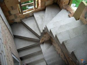 Бетонные ступени будущей лестницы