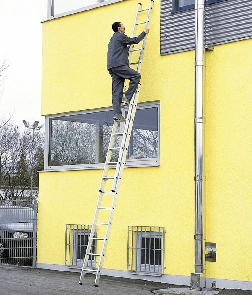двухсекционная приставная лестница в работе