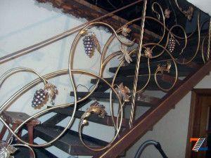 Целиком из металла выполнена данная лестничная красавица