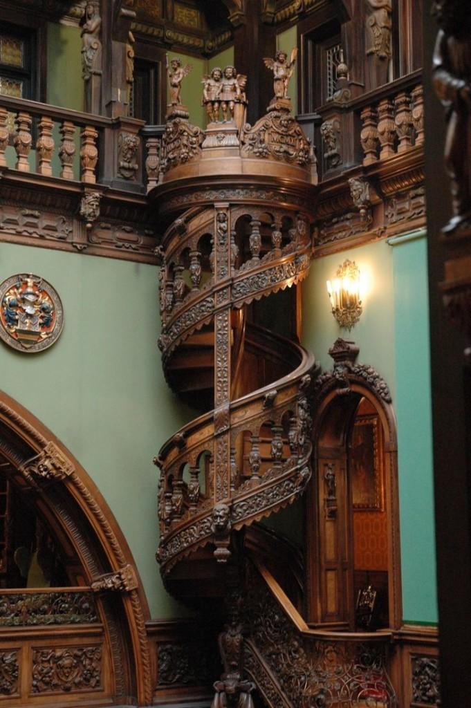 Лестница в викторианском стиле - это нестоящая находка для ценителей роскоши.