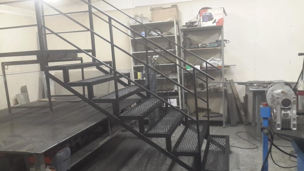 служебная металлическая лестница