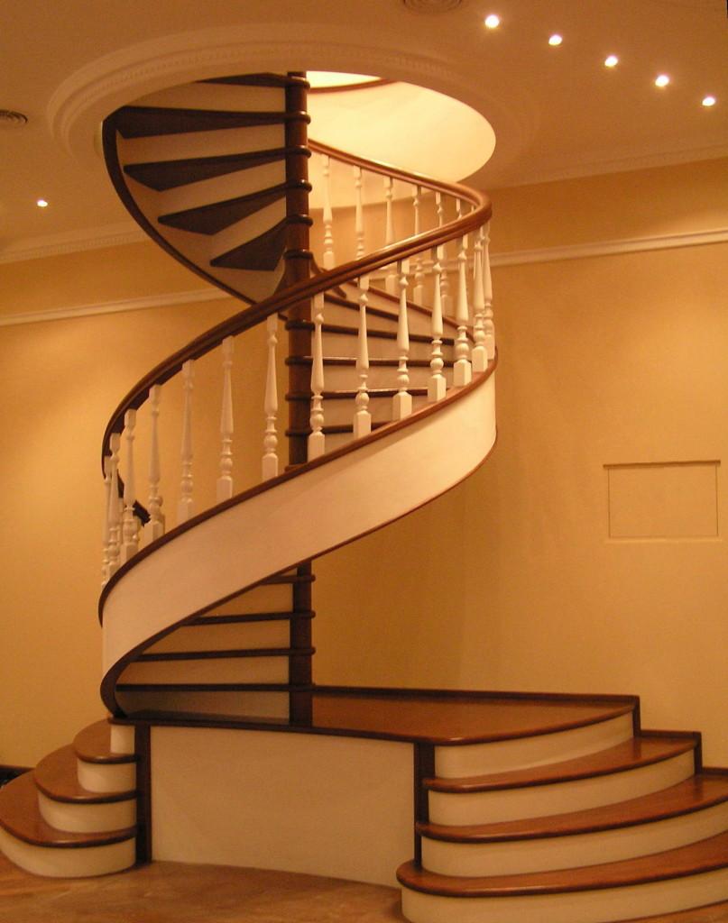 винтовая лестница на второй этаэ