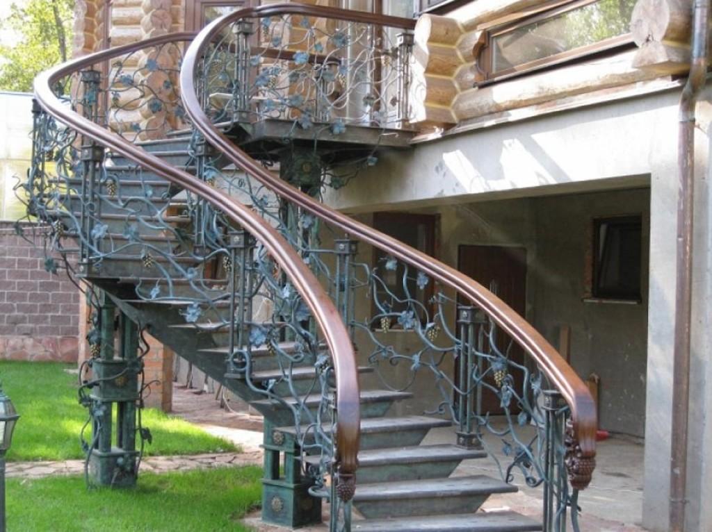Металлическая наружная лестница