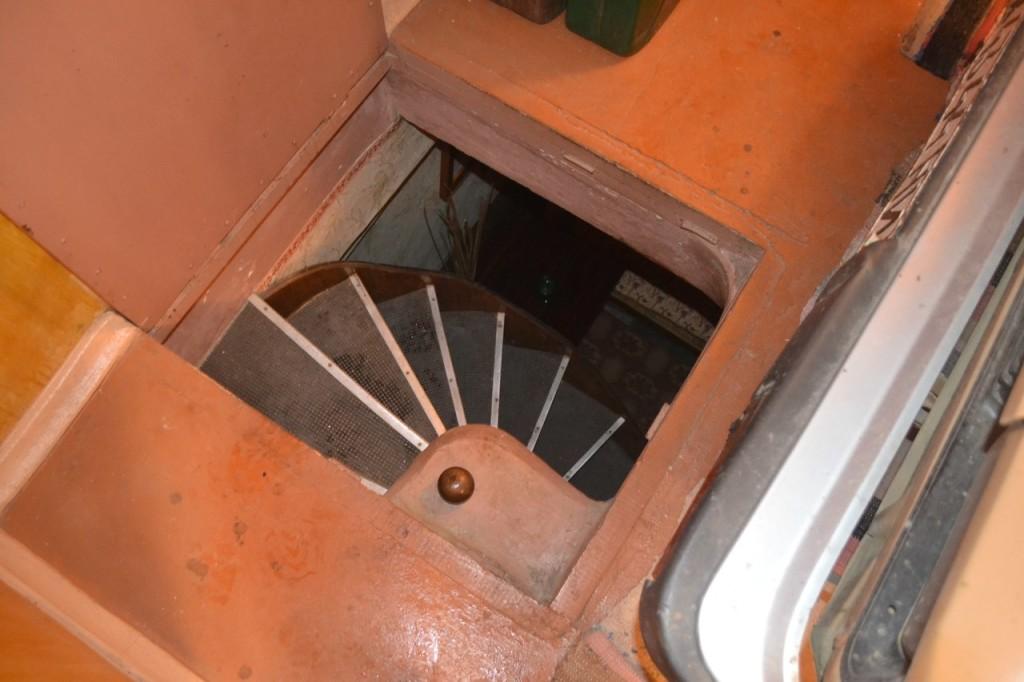 винтовая лестница в подвал