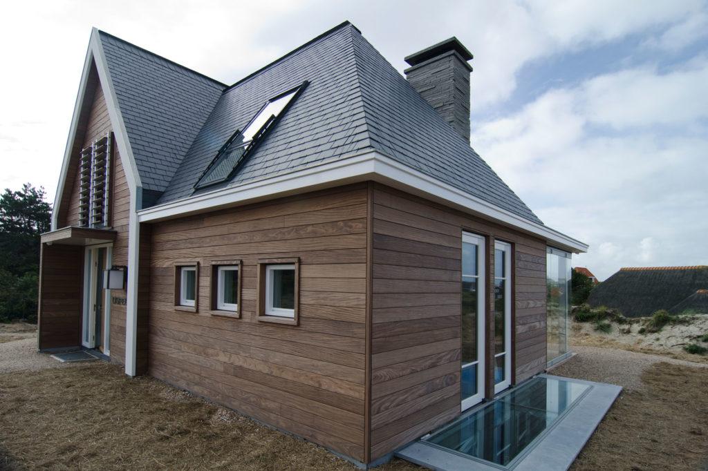 Мансардное окно расположенное на скате крыши