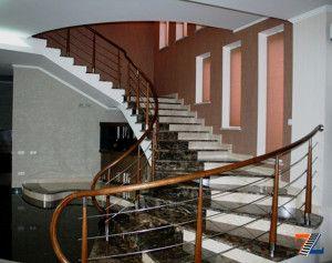 Сложно декорированная мраморная лестница