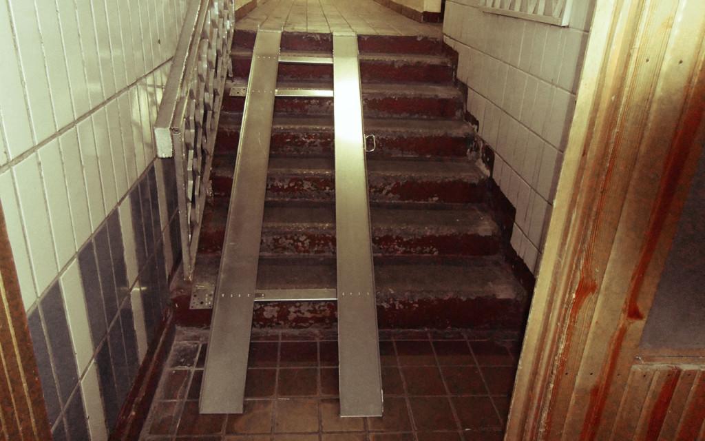 Откидной пандус может быть установлен даже на маленьком лестничном марше, а в сложенном состоянии не будет мешать остальным жильцам дома.