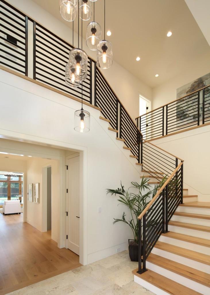 Ограждение не только обеспечивает безопасность, но и может задавать настроение всей лестничной конструкции.