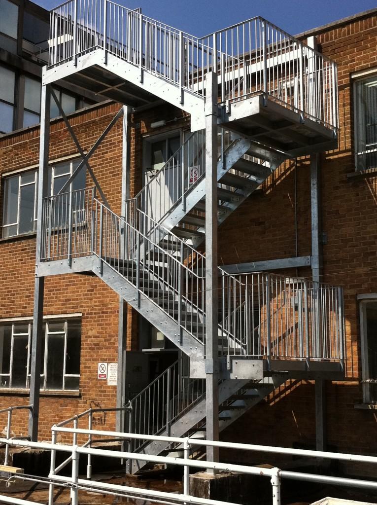Оцинкованная пожарная лестница