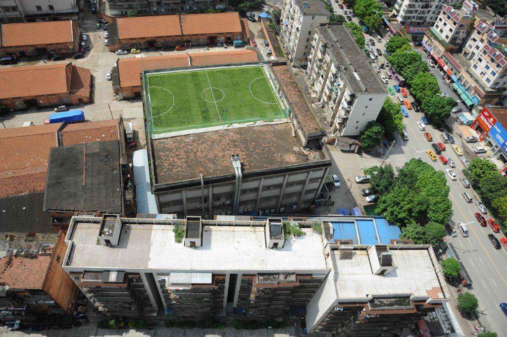 футбольное поле на крыше
