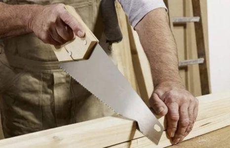 пилить древесину