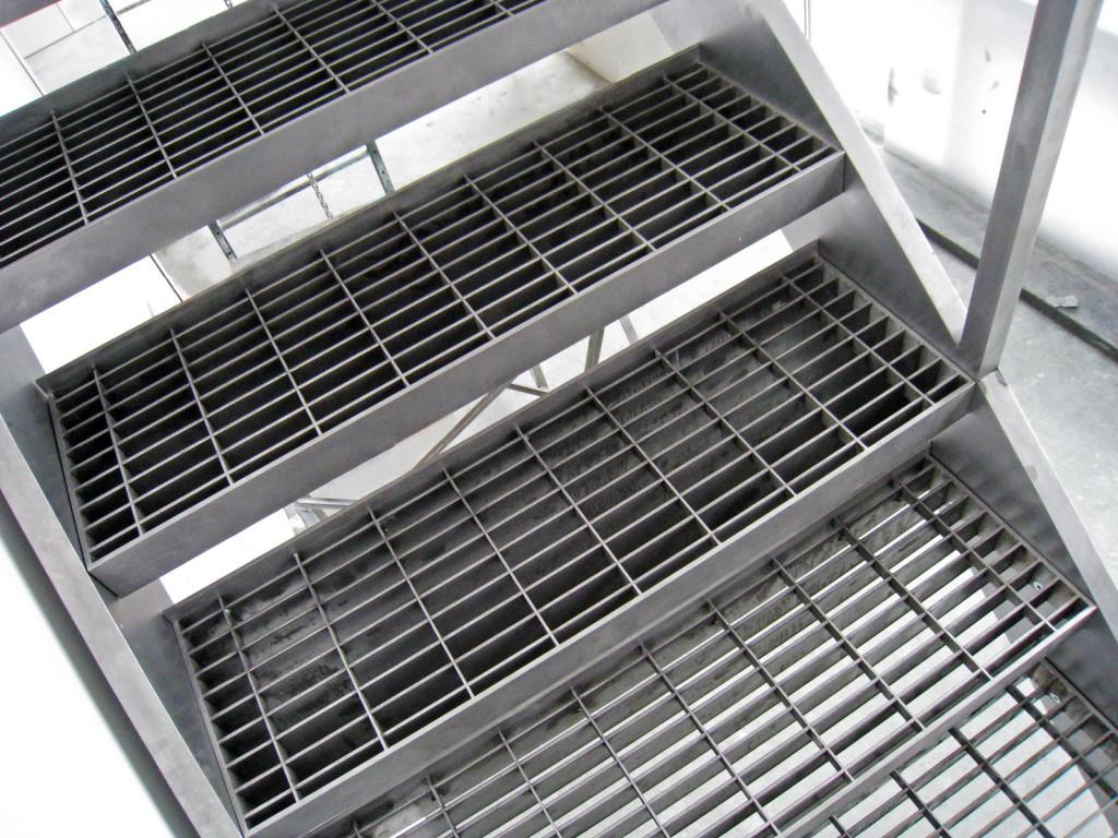 Ступени лестницы из решетчатой стали
