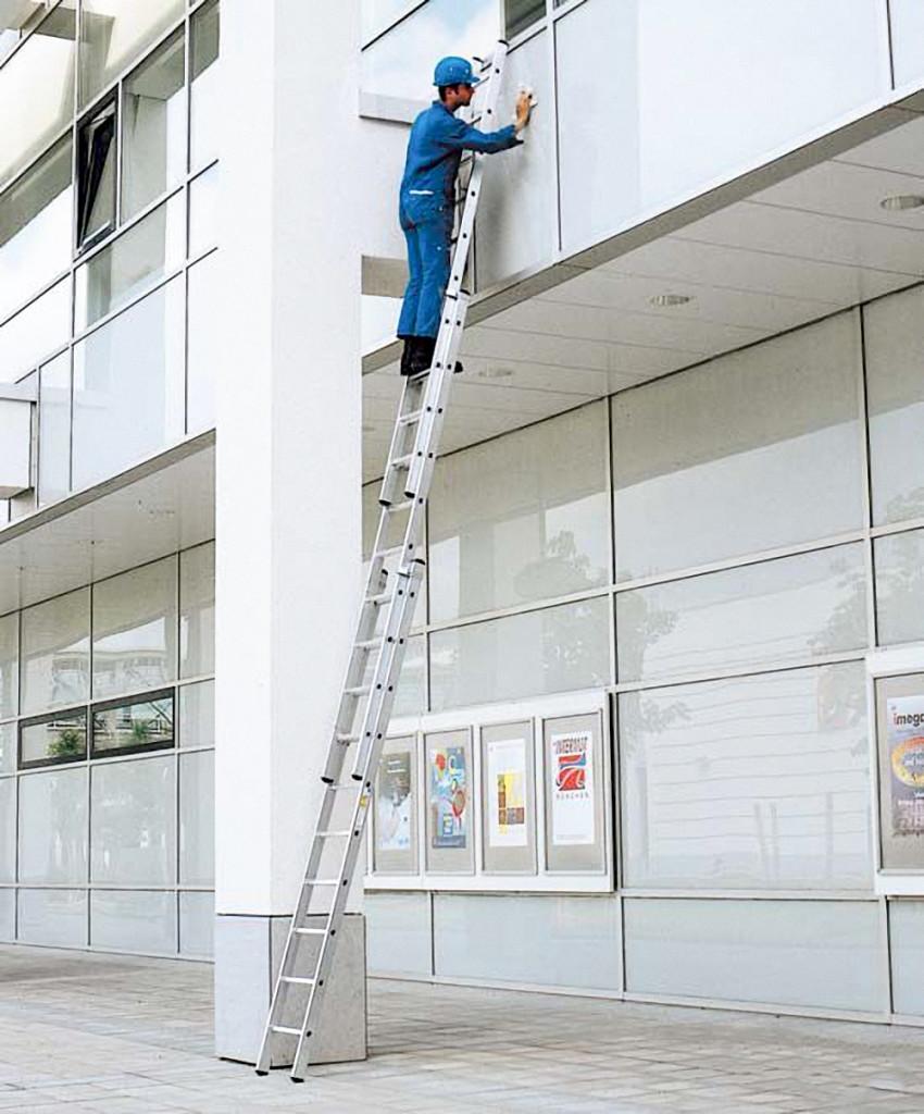 трёхсекционная алюминиевая лестница в работе
