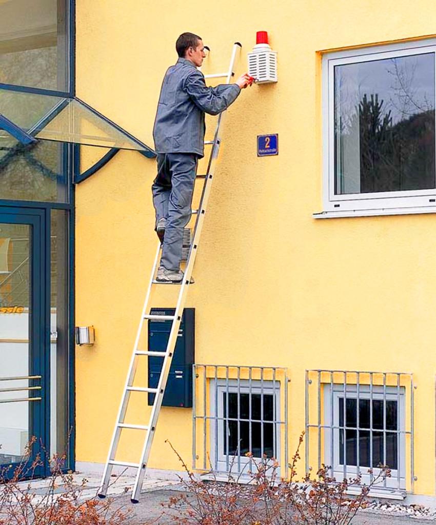 ремонт здания с помощью алюминиевой односекционной лестницы